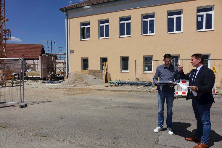Oberbürgermeister Thomas Thumann (rechts) macht sich ein Bild zum Stand der Bauarbeiten im neuen