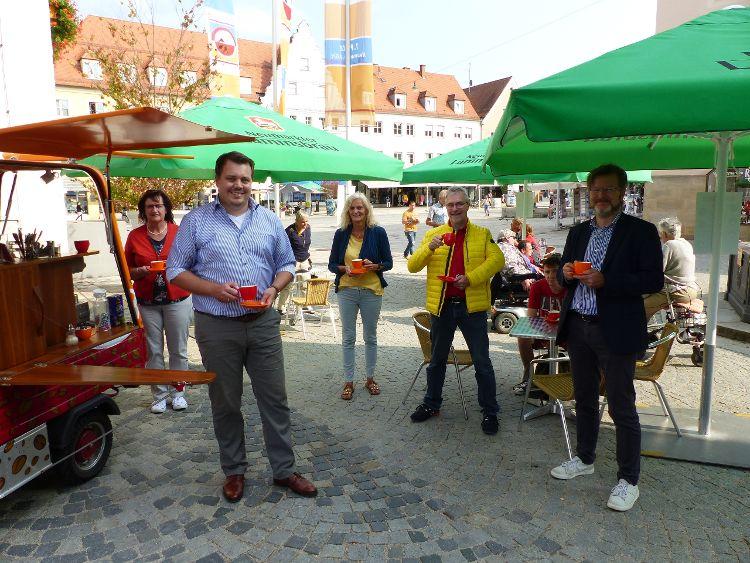 Foto: (Ed Sheldon) Von links nach rechts: Angelika Lang, Stadtrat Sebastian Schauer, Anita Dengel, Herbert Meier und Ralf Mützel halten die Fahnen für den Fairen Handel hoch!