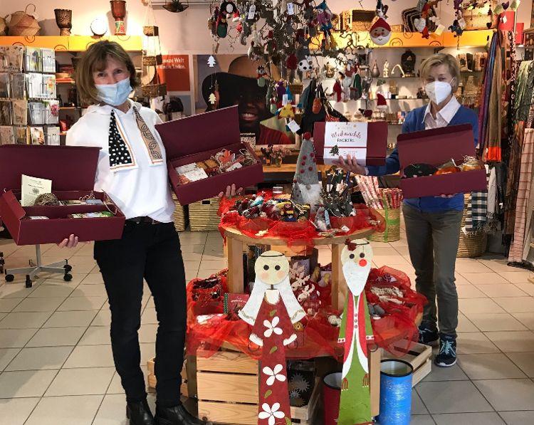 Foto: Eine Welt Laden - Mitarbeiterinnen Erika Feldner und Josephine Jaime präsentieren die Pakete