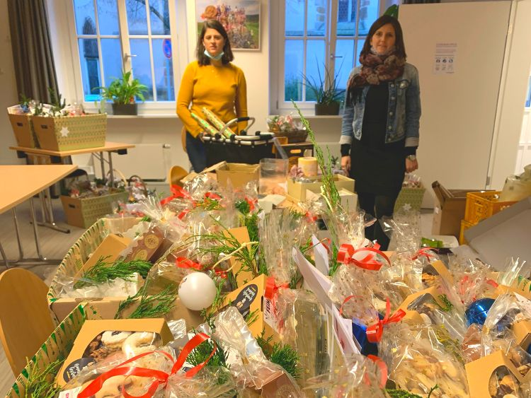 Foto: (Vera Finn): 1.800 Elisenlebkuchen und 3.500 Plätzchen verpackten Alexandra Hiereth (li) und Sophie Stepper gemeinsam mit Helmut Rauscher und Vera Finn.