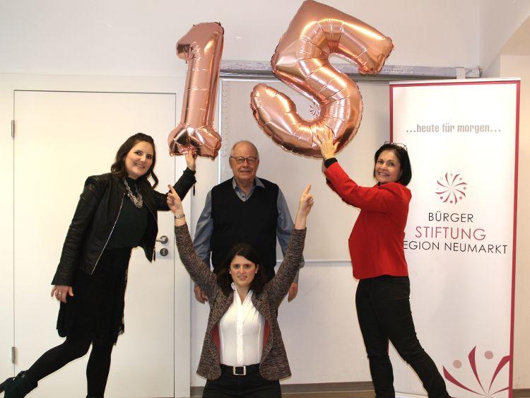 Foto (Herbert Meier): Zum 15-jährigen Jubiläum kann die Bürgerstiftung mit einem sehr guten Ergebnis aufwarten. (von links: Sophie Stepper, Alexandra Hiereth, Helmut Rauscher und Vera Finn)