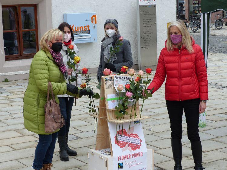 Bunte Farbtupfer am Wochenmarkt - Fair gehandelte Rosen zum Weltfrauentag (Foto: Herbert Meier).
