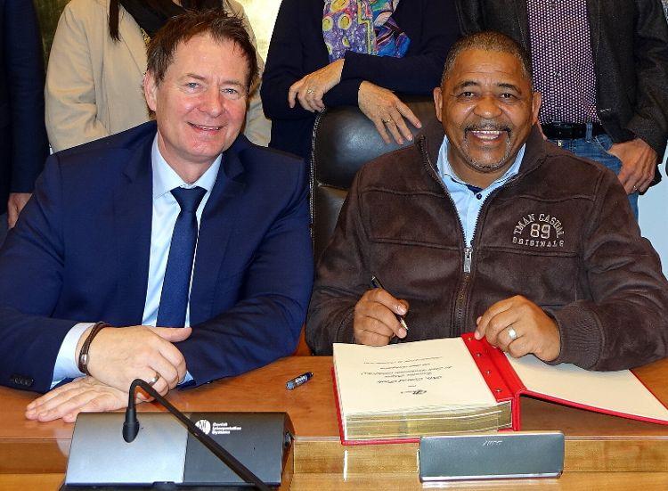 Bürgermeister Conrad Poole schreibt im November 2019 ins Goldene Buch der Stadt Neumarkt (Foto: Dr. Franz Janka).