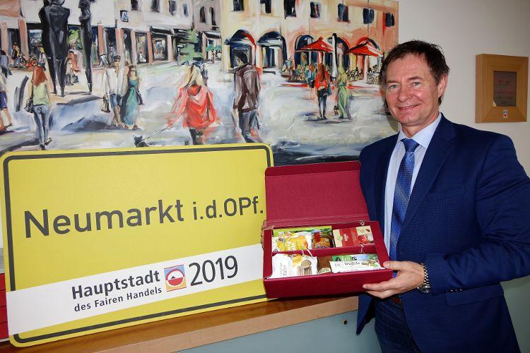 Die Stadt Neumarkt legt bei der Beschaffung großen Wert auf nachhaltige Produkte. Auf dem Foto präsentiert Oberbürgermeister Thomas Thumann die Fairen Geschenkpakete, die an Jubilare in Neumarkt verschickt werden (Foto: Dr. Franz Janka).